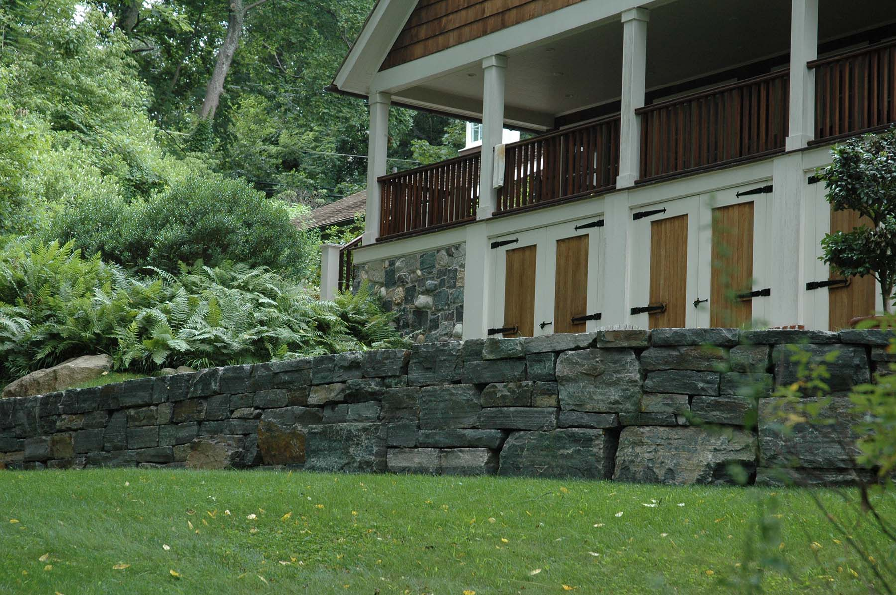 saratoga granite mosaic natural stone retaining wall outside residential home